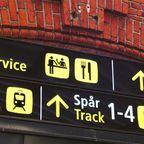 Schild am Hauptbahnhof von Kopenhagen in Englisch und Dänisch
