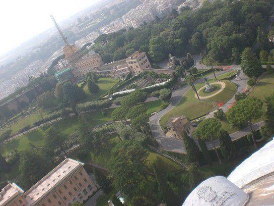 Blick von der Kuppel des Petersdom in die vatikanischen Gärten, Rom