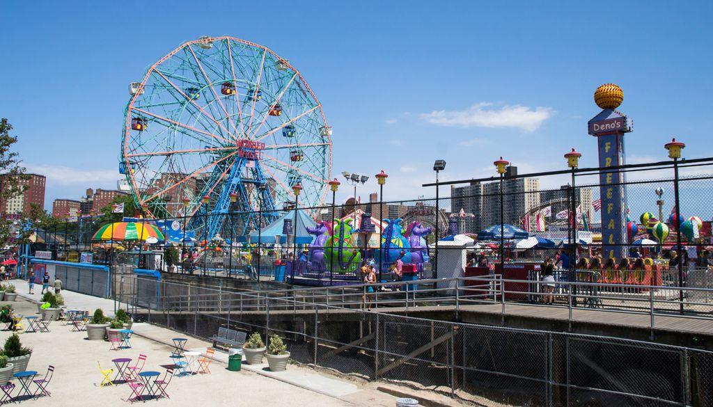 Coney Island ist für seine Vergnügungsparks am Strand von Brooklyn bekannt