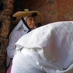 Chefchouen - Frau mit weißem Bündel