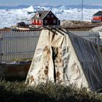 Altes Zelt aus Robbenfell vor dem Knud Rasmussen Museum Ilulissat