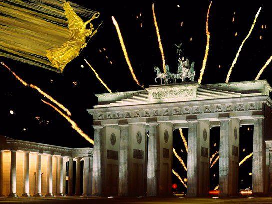 Engel fliegt von der Siegessäule übers Brandenburger Tor
