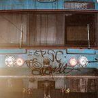 Zug beim Verlassen eines Bahnhofs