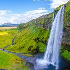 Der Seljalandsfoss befindet sich im Süden von Island und ist eine beliebte Natur-Attraktion