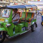 Tuktuk-Taxis in den Straßen von Bangkok