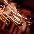 Trompeten in den Händen von Musikern