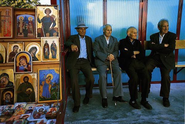 Bulgari - Männer an einer Bushaltestelle