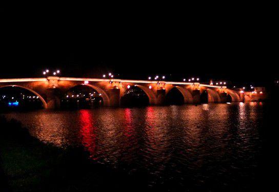 Die alte Brücke in Heidelberg bei Nacht