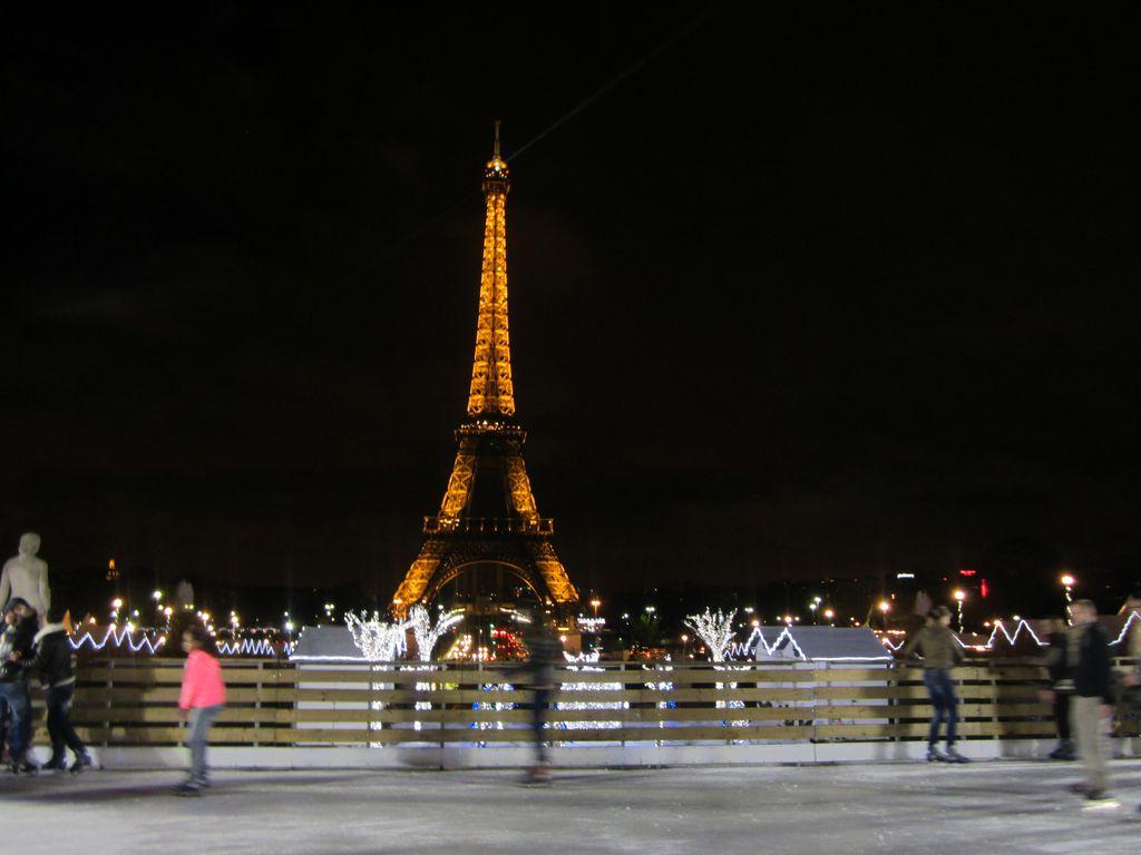 Schlittschuhlaufen an Weihnachten vor dem Eiffelturm