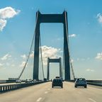 Autos auf der Brücke über den Großen Belt