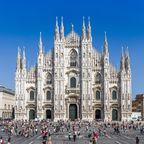 Blick auf den berühmten Duomo di Milano und den davorliegenden Domplatz
