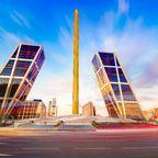 Die moderne Architektur der Plaza Castilla dominiert das Geschäftszentrum Madrids