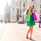 Junge Frau beim Shoppen vor dem Mailänder Dom
