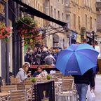 Passanten mit Regenschirm in der Cockburn Street in Edinburgh