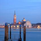 Blick auf San Giorgio Maggiore zur blauen Stunde