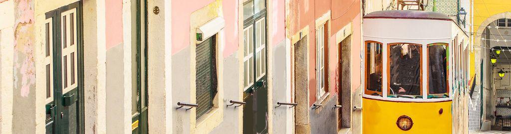 Gelbe Tram vor bunten Häusern