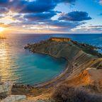 Panorama von Gnejna Bay und Golden Bay, den beiden schönsten Stränden Maltas bei Sonnenuntergang