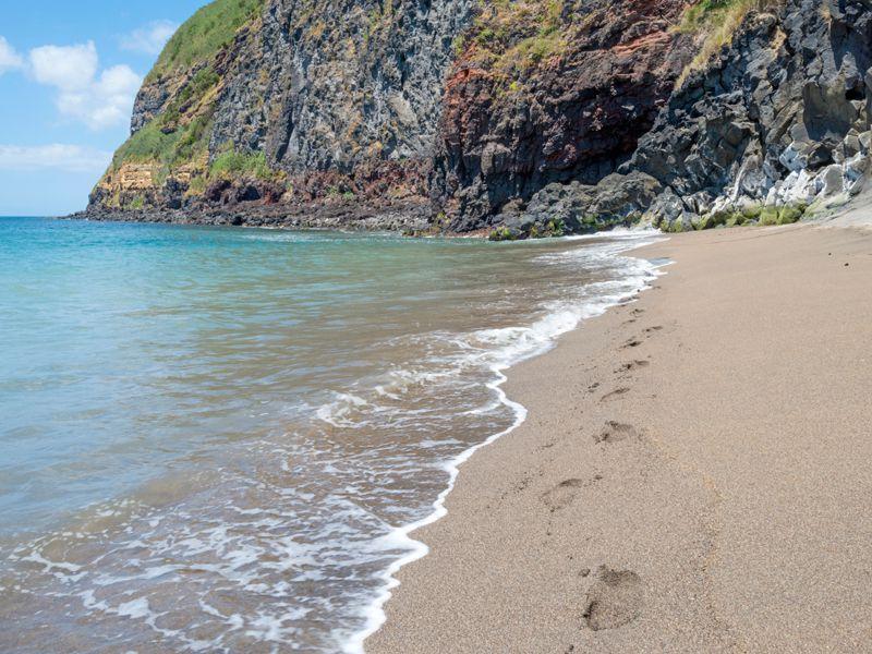 Der einzige weiße Sandstrand der Azoren liegt auf der Insel Santa Maria
