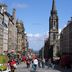 Passanten in der Altstadt von Edinburg