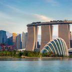Singapurs Finanzdistrikt mit dem berühmten Marina Bay Sands, dem Flower Dome und den Gardens by the Bay.