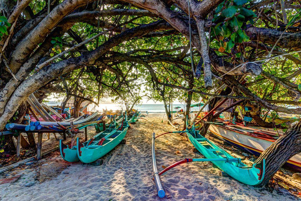Auslegerboote am Strand
