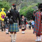 Pipe Band bei einer Parade rund um Princes Street in Edinburgh