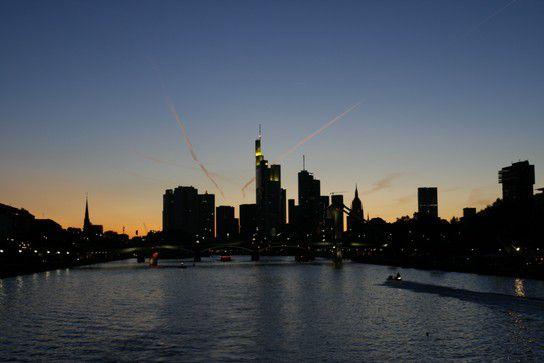 Frankfurts Skyline vom Main aus