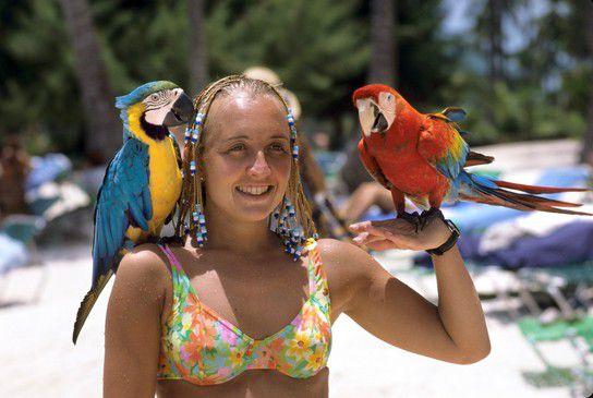 Frau mit Papageien