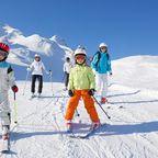 In Reit im Winkl können kleine Skifahrer direkt vom Dorf aus auf die Piste