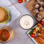 Biergläser und Pub Food