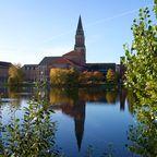 Überall gibt es Wasser in Kiel: Blick auf das Rathaus