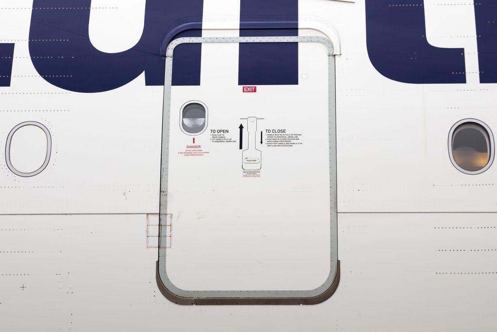 Lustige Airline-News 2018: Passagier verwechselt Flugzeugtür mit WC