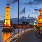 So schön beleuchtet ist Lindaus Hafeneinfahrt bei Nacht