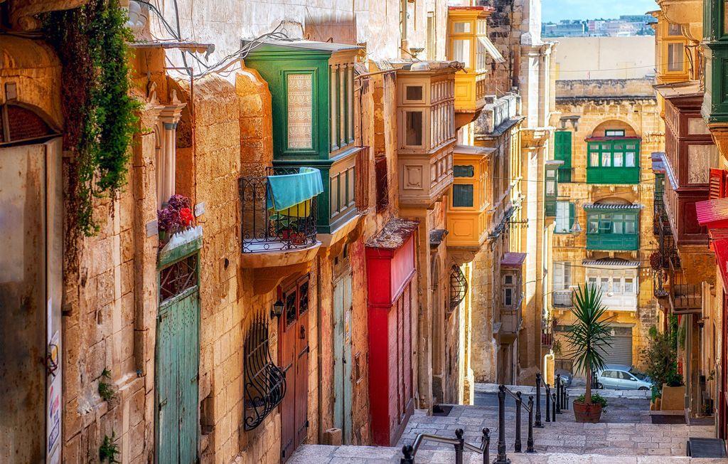 Schmale Straße mit bunten Verzierungen in Valletta