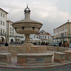 Brunnen auf der Praca do Giraldo