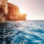 Die Küste Azure Window an einem sonnigen Tag mit blauem Himmel in Malta