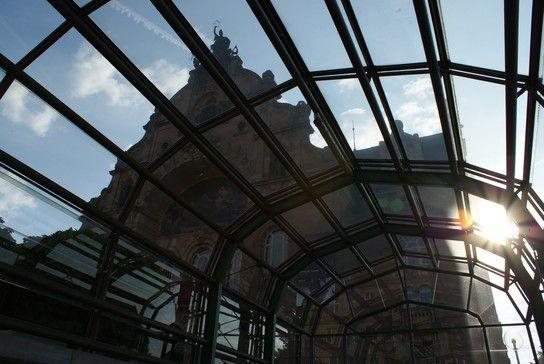 Blick durch die U-Bahn aufs Opernhaus