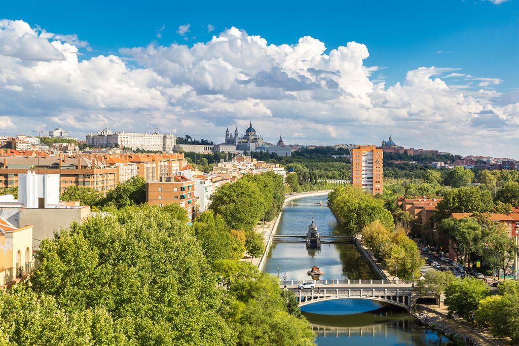 Blick über den Fluss zum Palacio Real