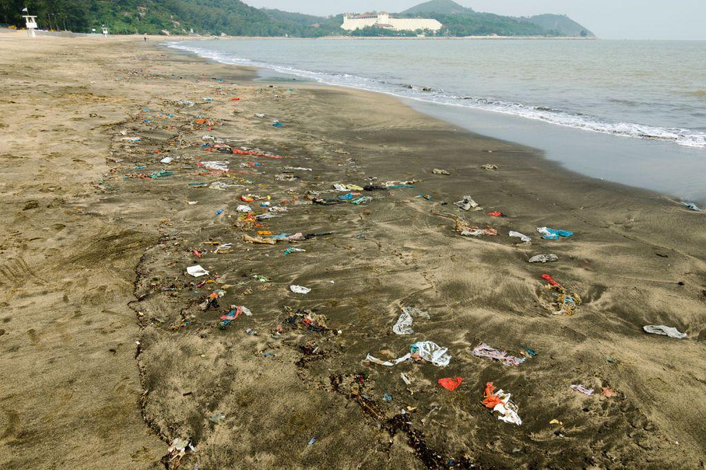 Am Strand von Macao in China macht sich die Umweltverschmutzung bemerkbar