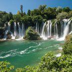 Schwimmen und Fischen sind im See an den Kravica-Wasserfällen erlaubt