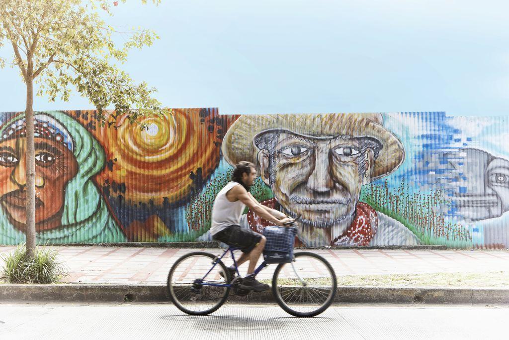 Fahrradfahrer vor Straßenkunst