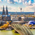 Die Skyline von Köln mit dem Dom und der Hohenzollernbrücke
