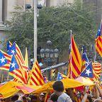 Katalanische Flaggen bei einem Umzug